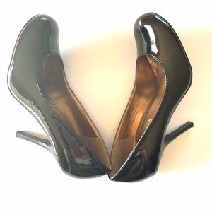 Restricted Round Toe Black Pumps Size 7